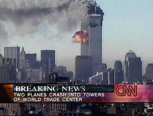 ... und explodiert nach dem Einschlag in das Gebäude. Beide Türme stürzten darauf zusammen. Kurze Zeit später prallte ein Flugzeug auf das US-Verteidigungsministerium in Washington. Die Flugzeuge waren zuvor gekapert worden. Vermutlich hat es hunderte Tote und Verletzte gegeben. (Foto: CNN)